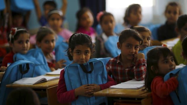 Uffants fugitivs sirians en ina scola a Karapurcek, Ankara en la Tirchia.