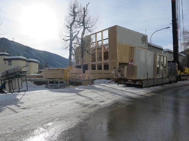 Baustelle, auf der ein Holzgebäude entsteht.