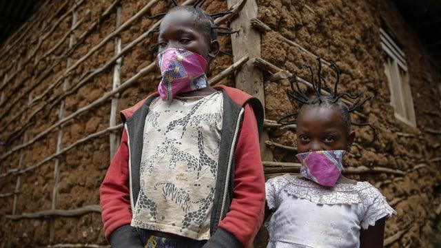 Zwei Kinder mit Mund-Nasenschutz in Kenia.