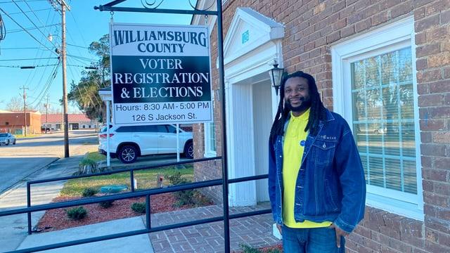 Ein schwarzer Mann vor dem Wahlbüro in Kingstree