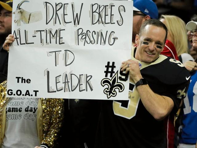 Drew Brees hält ein Plakat in die Höhe