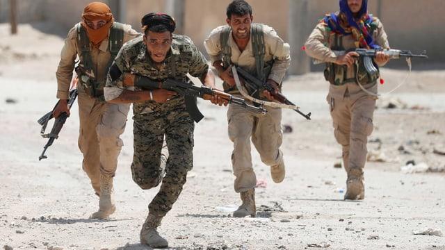 Kurdische Kämpfer stürmen in Rakka voran.