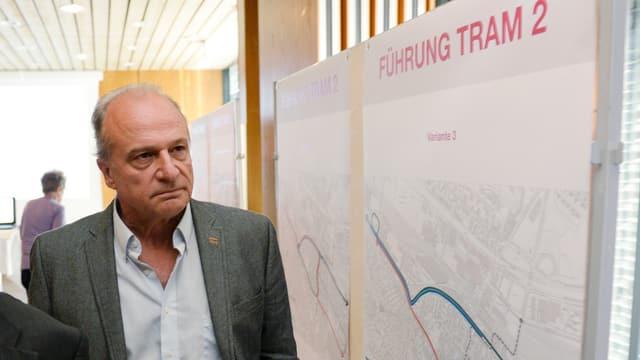 Filippo Leutenegger studiert mit ernstem Gesicht Varianten der Linienführung des Trams 2 an einer Veranstaltung in Zürich Altstetten.