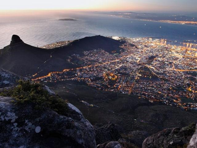 Aussicht vom Tafelberg auf die südafrikanische Stadt Kapstadt.