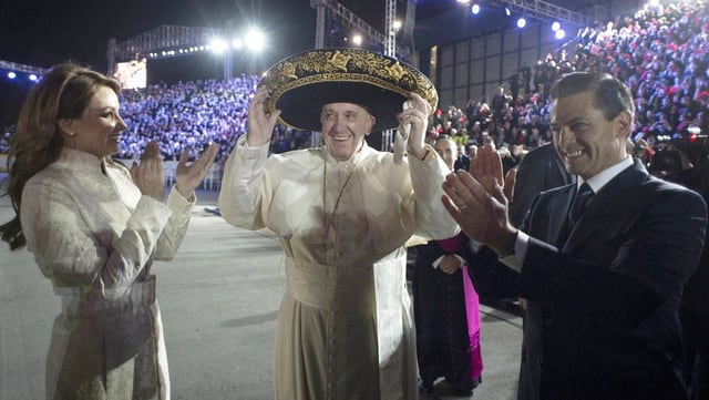 Il Papa Francestg cun si sombrero durant ses viadi en il Mexico.
