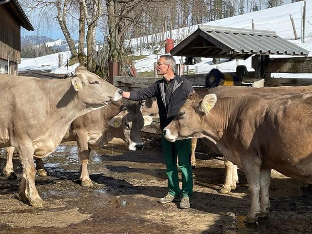 Bio Suisse-Präsident Urs Brändli umringt von Rindern
