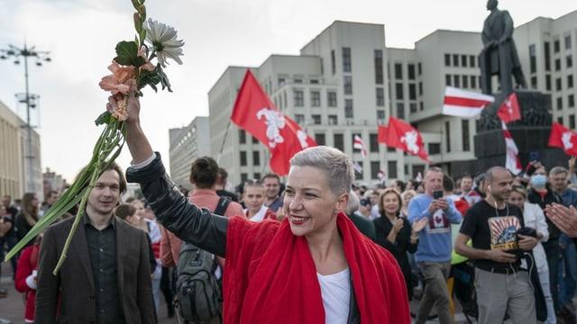 Frau in Demonstrationszug
