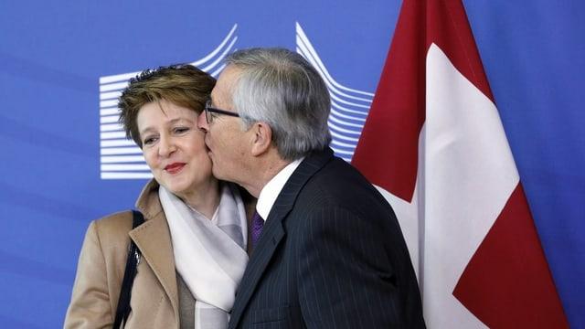 Juncker küsst Sommaruga auf die Wange