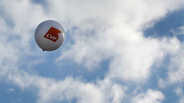 Ballon mit CVP-Logo.