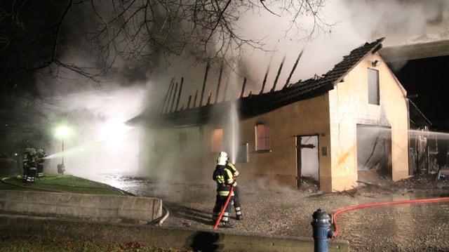 Feuerwehrmänner beim Löschen des Brandes in Aarburg