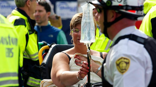 Rettungskräfte und verletzte Frau