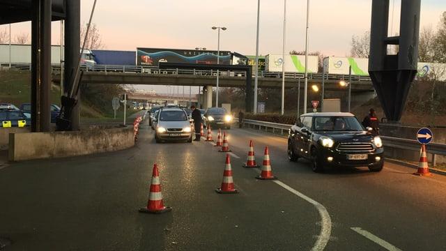 Französische Zöllner kontrollieren Autos bei der Einreise in die Schweiz.