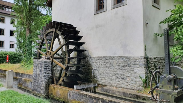 Das Wasserrad an der Aussenseite der Mühle.