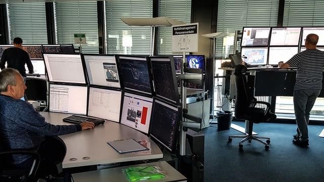 Zwei Arbeitsplätze mit je sechs Monitoren.