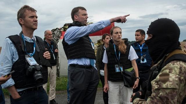 OSZE-Beobachter vor Flugzeug-Wrackteilen