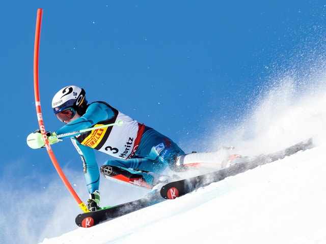 Henrik Kristoffersen umkurvt eine Slalomstange.