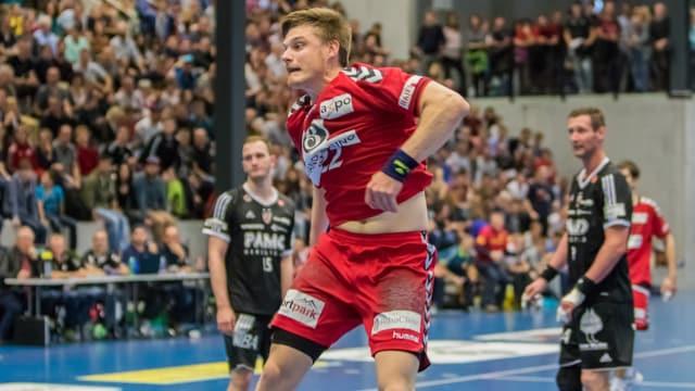 Handballspieler im roten Dress.