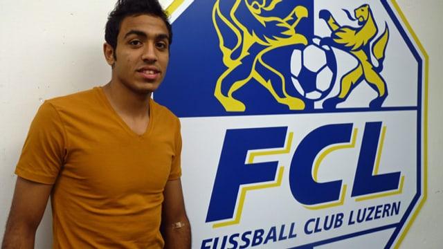 Der Fussballspieler Kahraba steht vor einer FCL-Fahne.