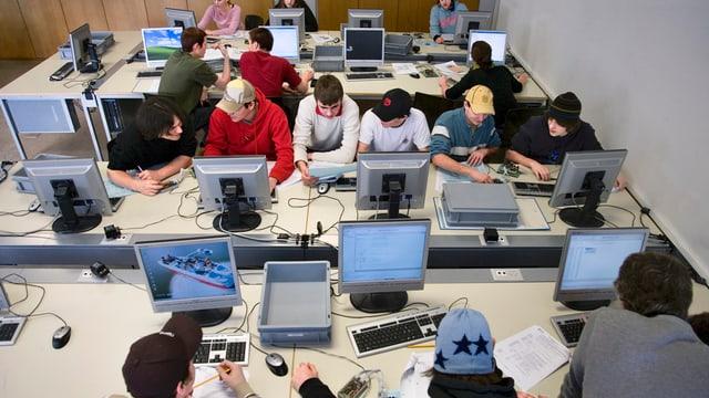 Schüler sitzen an Computern