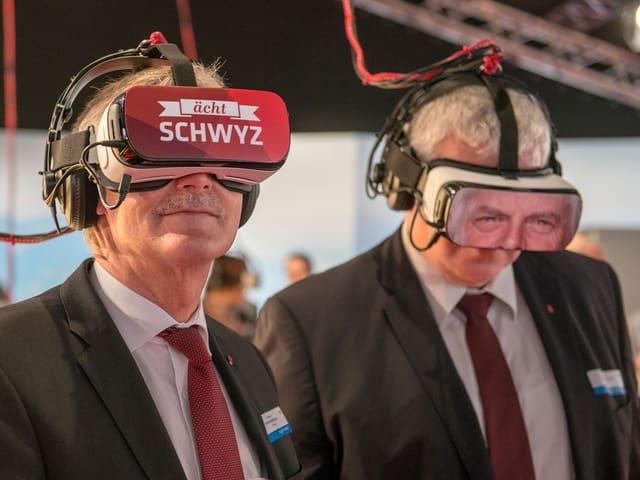 Zwei Männer tragen Virtual-Reality-Brillen.