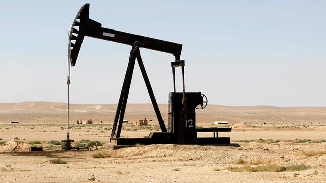 Eine Erdölpumpe in der Wüste.