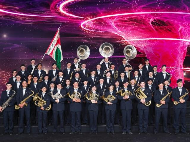 Die Jugendmusik mit den Instrumenten und Fahne