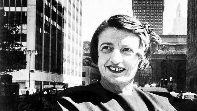 Ayn Rand vor den Hochhäusern in New York.