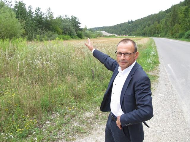 Regierungsrat Ernst Landolt zeigt auf eine Brache, auf der das Sicherheitszentrum gebaut werden soll.