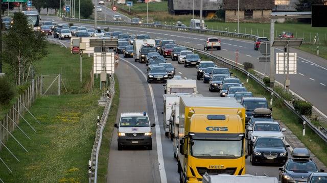 Colonna d'autos sin l'autostrada A2 tar Piotta.