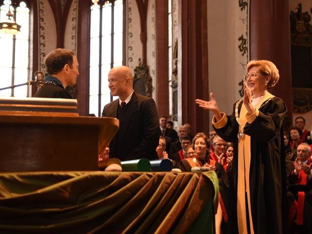 Andrea schenker Wicki klatscht, während Sam keller den Titel bekommt.