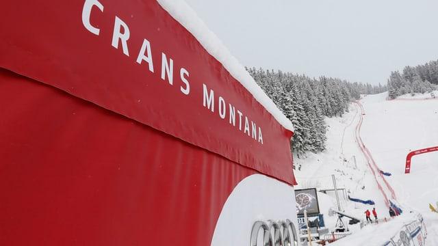 Transparent entlang der Piste mit der Aufschrift «Crans Montana»
