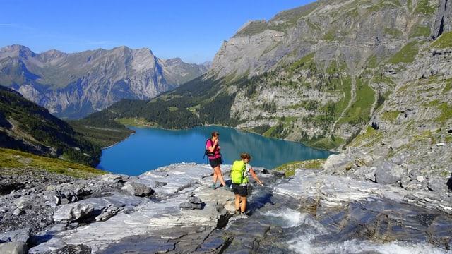 Tiefblauer Oeschinensee im Berner Oberland