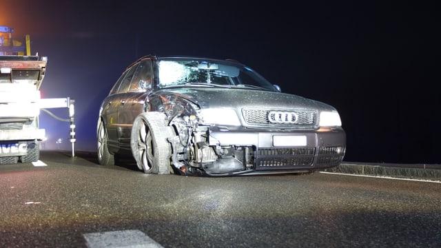 Der 61-jährige Rollerfahrer erlitt gemäss Polizeiangaben unter  anderem schwerste Beinverletzungen. Eine Ambulanz brachte ihn ins  Kantonsspital Aarau. Der Autofahrer, ein 38-jähriger Bosnier, blieb  unverletzt.       Er wollte mit seinem PS-starken Fahrzeug ausserorts zwei vor ihm  fahrende Fahrzeuge auf einen Schlag hinter sich lassen. Als er sich  auf der Höhe des vorderen Autos befanden, tauchte aus dem Nebel ein  Rollerfahrer auf.       Der Autofahrer wich zwar auf das Gleisbett der Seetalbahn aus,  konnte aber eine Frontalkollision nicht verhindern. Der  Rollerfahrer wurde mit grosser Wucht getroffen und samt Fahrzeug  weggeschleudert. Dabei streifte das Motorrad auch eines der  beteiligten Autos.       Die Hauptstrasse zwischen Beinwil am See und Birrwil war mehrere  Stunden lang gesperrt. Auch der Betrieb der Seetalbahn musste kurz  unterbrochen werden.