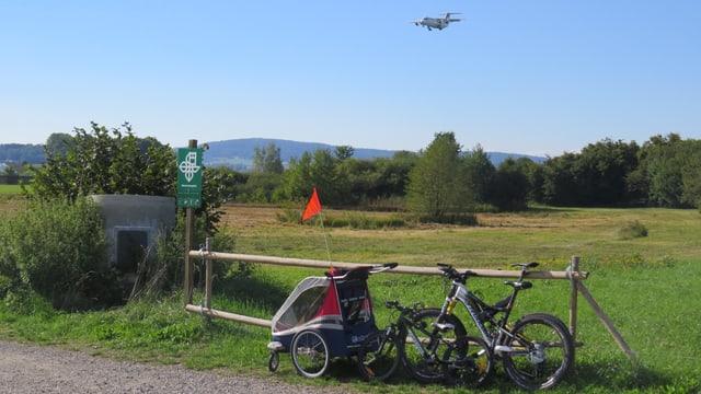 Fahrrad an Zaun angelehnt