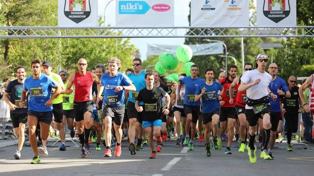 plirs umens en tenue da sport che curran in maraton