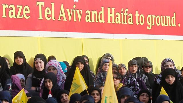 Hisbollah-Versammlung mit Anti-Israel-Plakat.