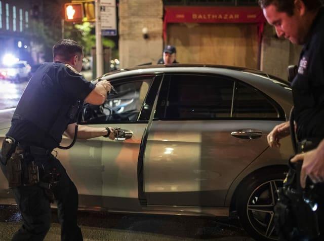 Polizeikontrolle mit der Waffe im Anschlag