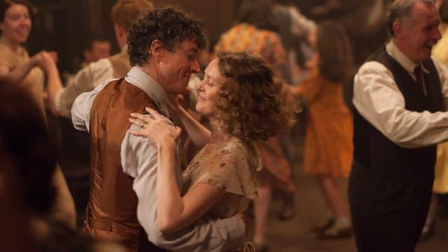 Tanzendes Paar auf eine vollen Tanzfläche