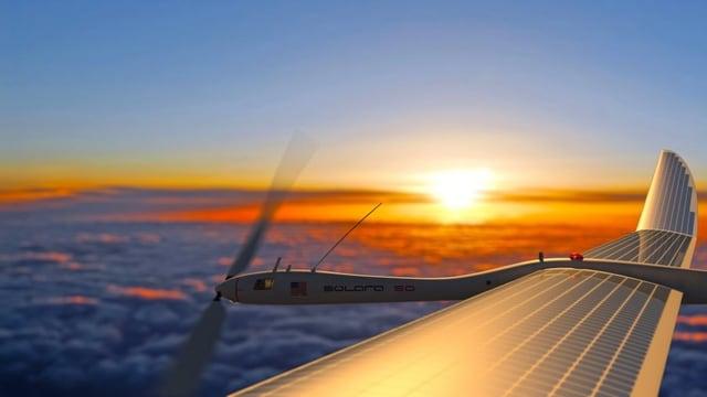 Ein solarbetriebene Drohne fliegt im Sonnenaufgang.