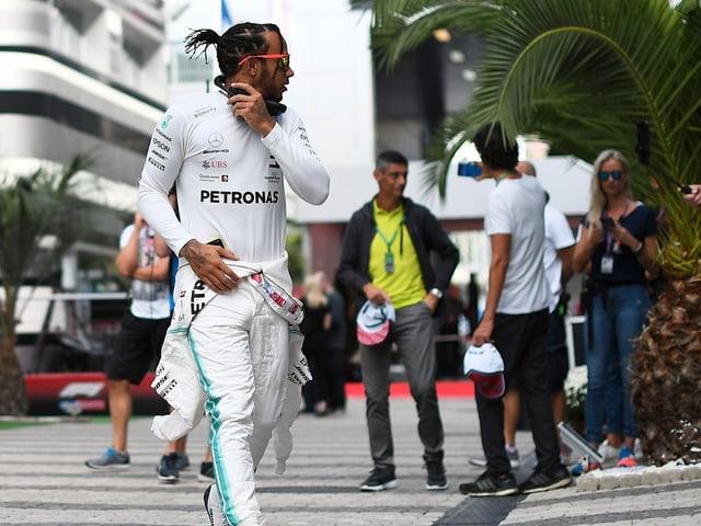 Lewis Hamilton läuft aus dem Paddock.