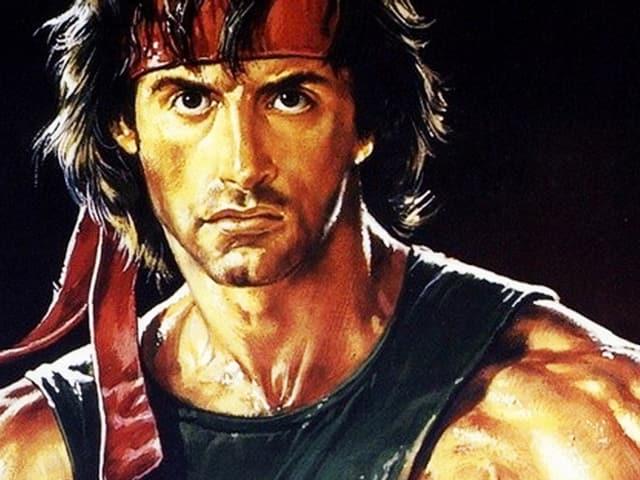 Rambo mit rotem Stirnband und einem ärmellosen T-Shirt.