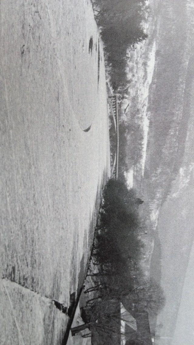 Schwarz-Weiss-Foto aus dem Jahre 1963. Es zeigt die zugefrorene Aare aus dem Blickwinkel der Brücke beim Bahnhof Olten