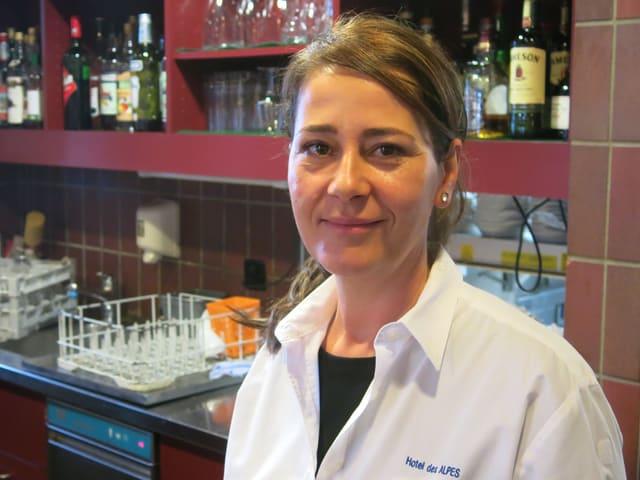Zura Dalloshi steht in der Küche.