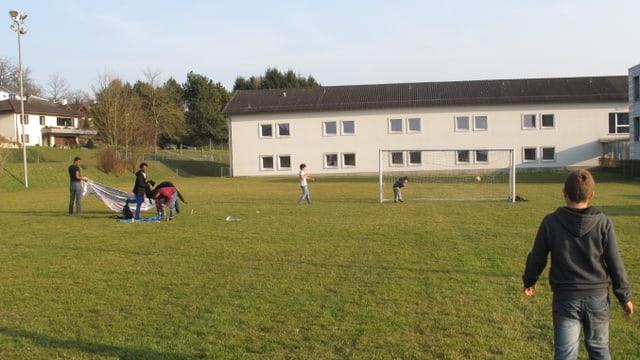 Asylsuchende auf dem Fussballplatz der Schule Dagmersellen.