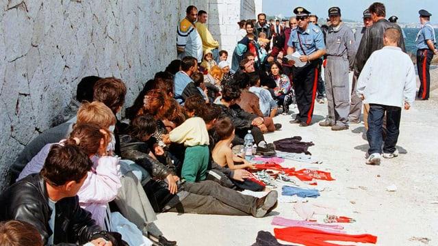Ein Bild aus dem Jahr 1998: Flüchtlinge aus Albanien, dem Kosovo und der Türkei im Hafen von Otranto im Süden der italienischen Ostküste.