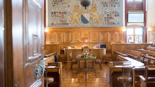 Blick durch die offene Türe in den leeren Parlamentsssall des Zürcher Rathauses.