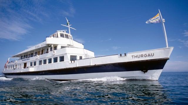 Ein Schiff fährt im Sommer bei schönem Wetter auf dem Bodensee.