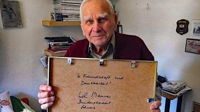 Włodzimierz Cieszkowski zeigt die Rückseite eines Bilderrahmens