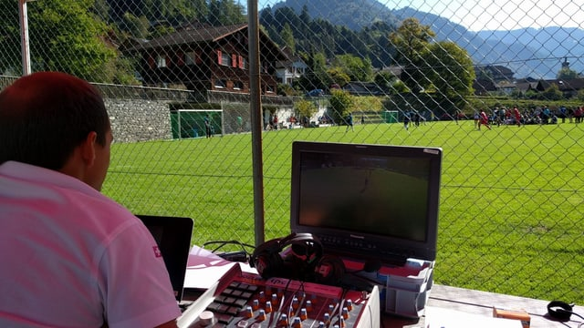 Noss moderatur da sport Andreas Wieland sa prepara per il livestream da las 14:00.