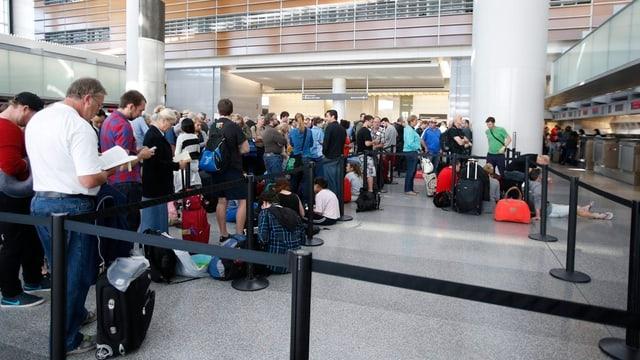 Schlange im Flughafen